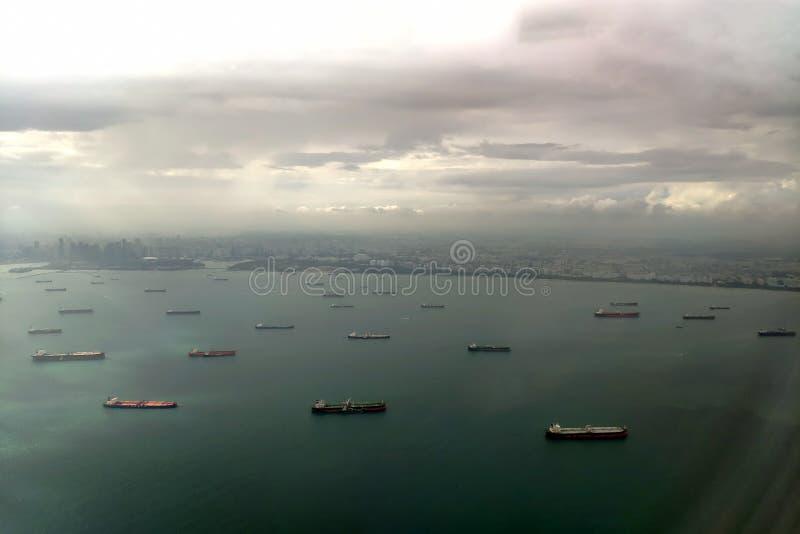 在新加坡港的货船  o 鸟瞰图向岸和海从飞机 库存照片
