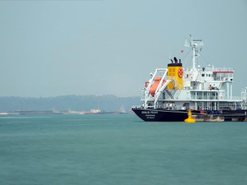 在新加坡靠码头的罐车 库存照片
