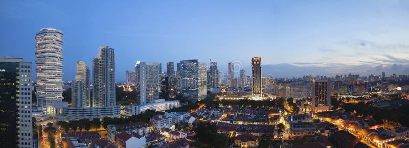 在新加坡鸟瞰图的部落魅力在蓝色小时全景 库存照片