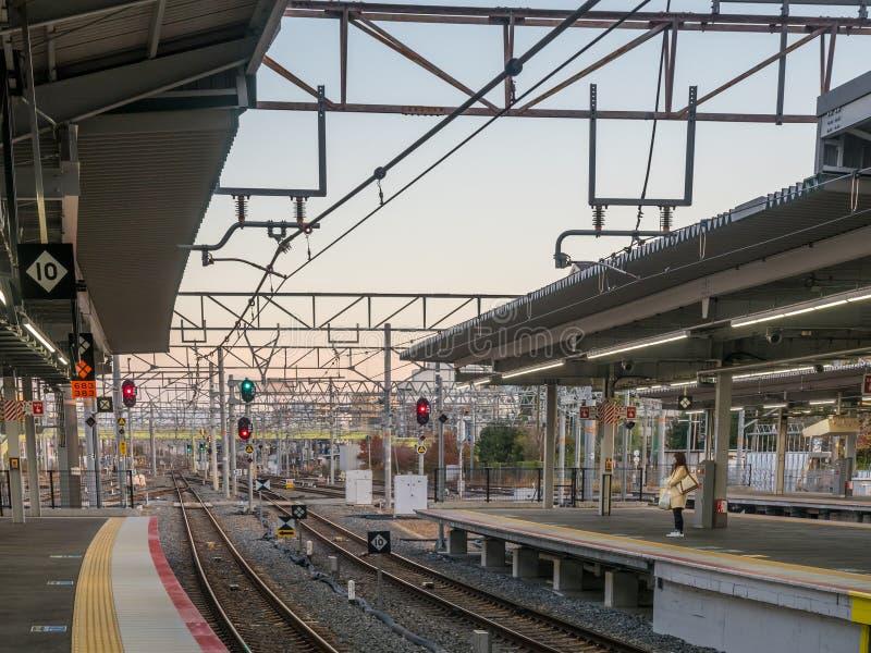 在新大阪火车站,日本的平台 免版税图库摄影
