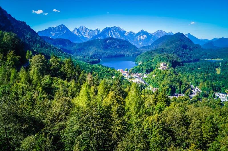在新天鹅堡城堡附近位于的美丽的高山湖的鸟瞰图 库存图片