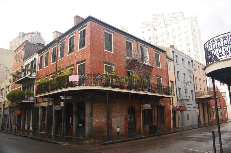 在新奥尔良的法国街区的老红砖大厦 库存图片