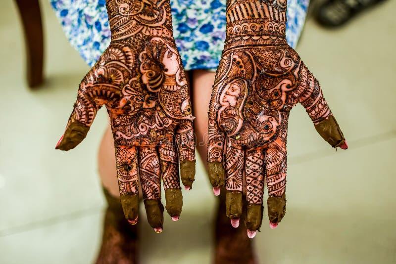 在新娘手上的无刺指甲花Mehendi 免版税图库摄影