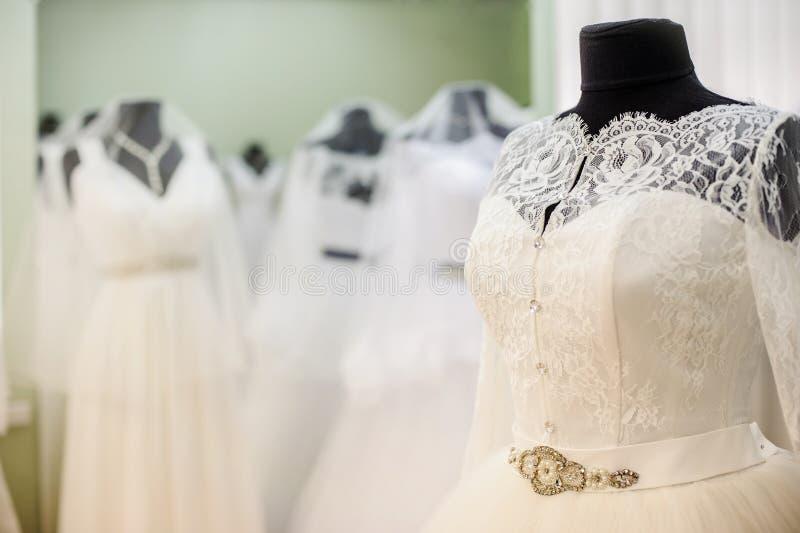 在新娘沙龙的婚礼礼服 图库摄影