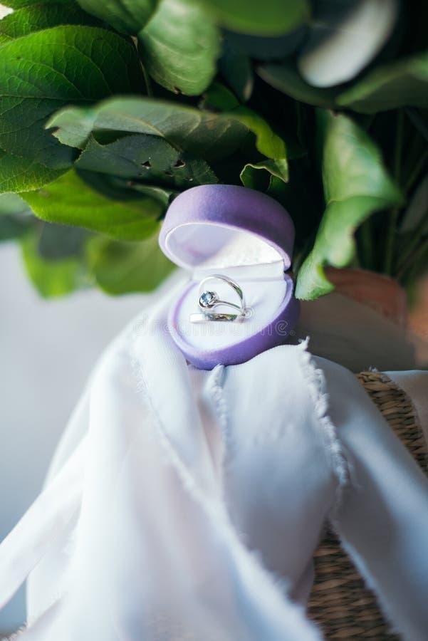 在新娘的花束的结婚戒指 库存图片