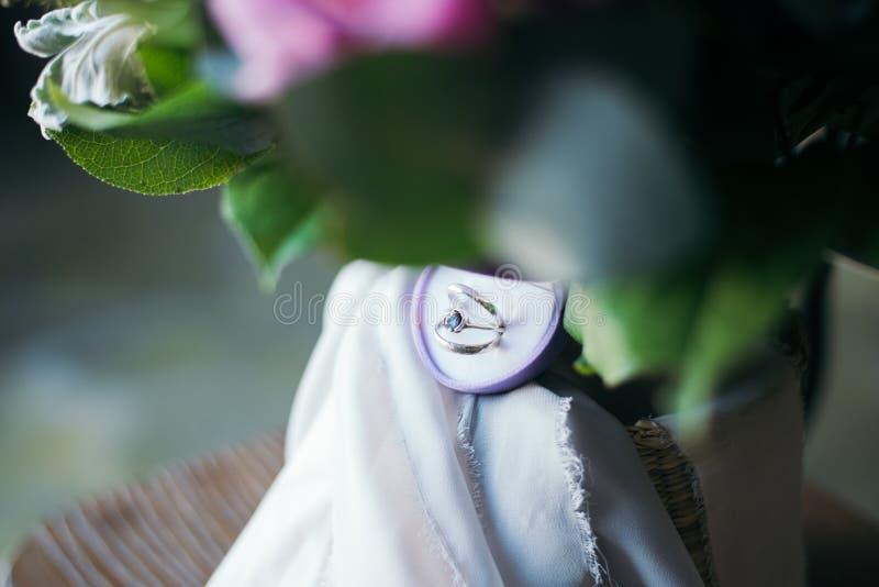 在新娘的花束的结婚戒指 库存照片