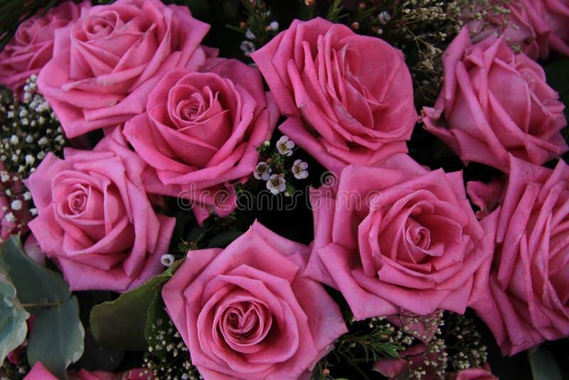 在新娘花束的大桃红色玫瑰 库存照片