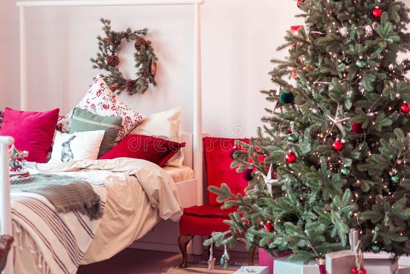 在新年样式的美好的卧室内部 免版税库存照片