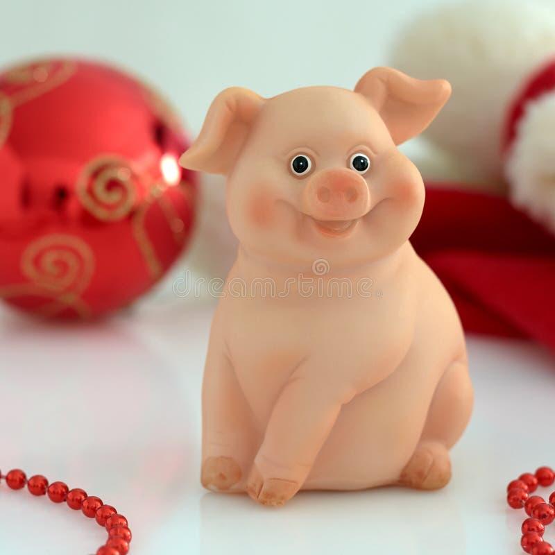 在新年的玩具背景的猪  免版税库存照片
