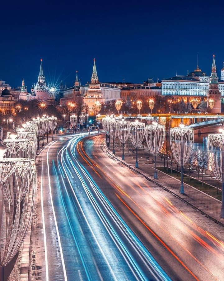 在新年的风景的Prechistenskaya堤防 克里姆林宫 圣诞节沿路的灯笼装饰 库存照片
