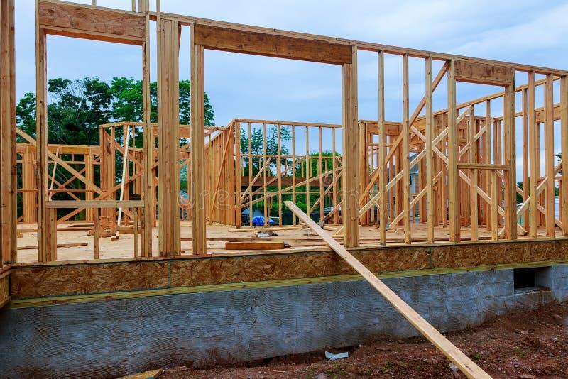 在新房木建设中的住宅家庭构筑的看法 库存照片