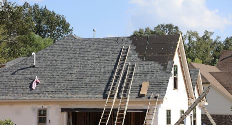 在新房的屋顶工作 免版税库存图片