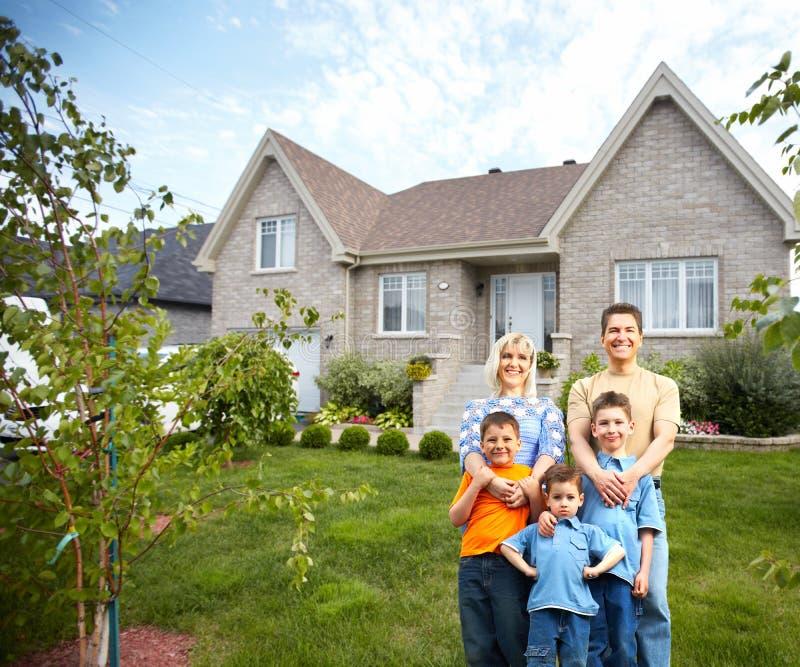 在新房附近的愉快的家庭。 库存图片