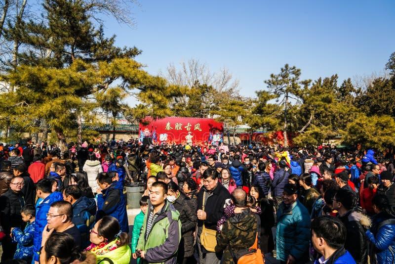 在新春佳节寺庙的人群公平,在农历新年期间 免版税库存图片