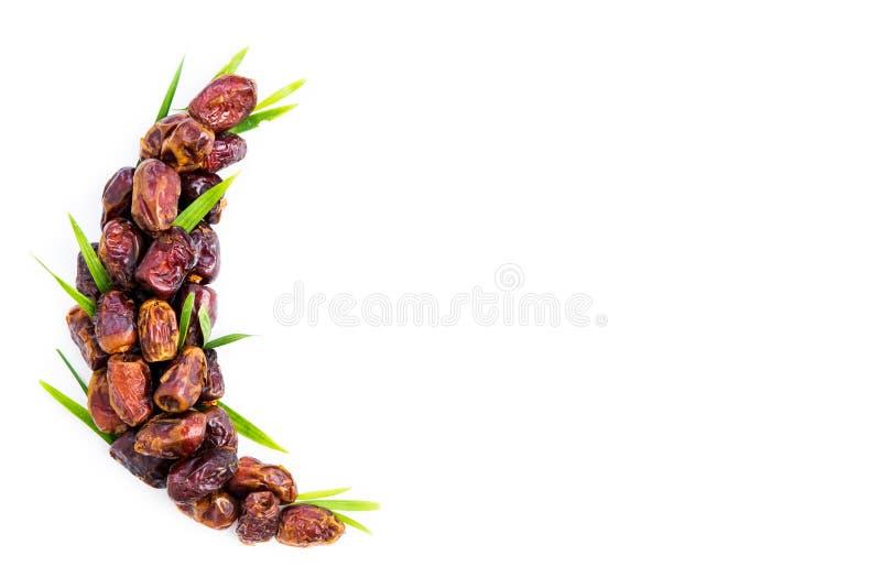 在新月形月亮形状安排的枣椰子果子  ramadan?kareem 免版税库存图片
