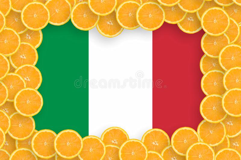 在新柑桔切片框架的意大利旗子 免版税图库摄影
