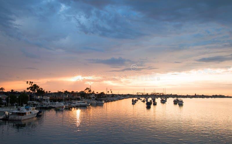 在新港海滨港口的日落在南加利福尼亚美国 免版税库存照片