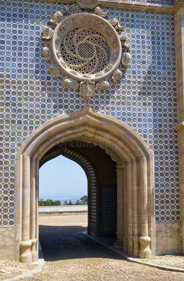 在新王宫的被成拱形的通道的蔷薇科窗口 贝纳宫殿  辛特拉 葡萄牙 免版税图库摄影