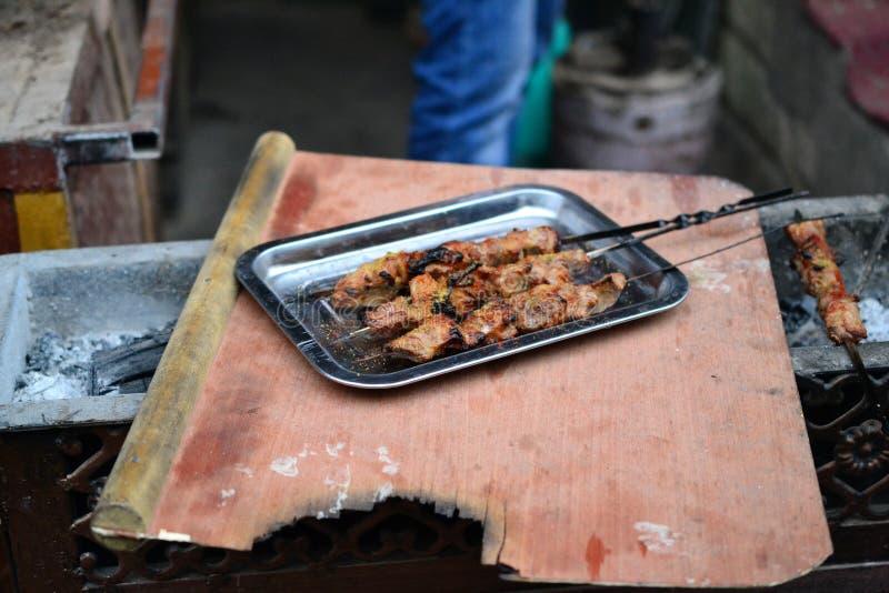 在新疆Uyghur样式烤肉的中国羊羔肉串 库存照片
