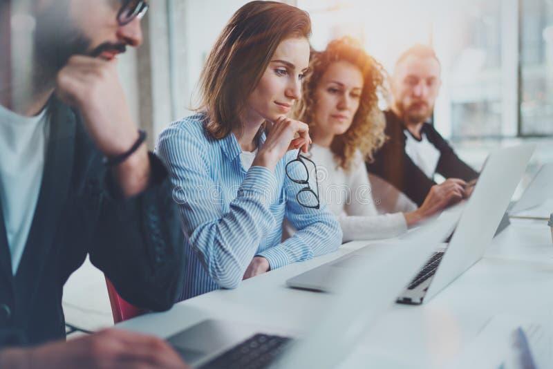 在新的企业介绍的小组工友在晴朗的会议室 水平 被弄脏的背景 免版税库存图片