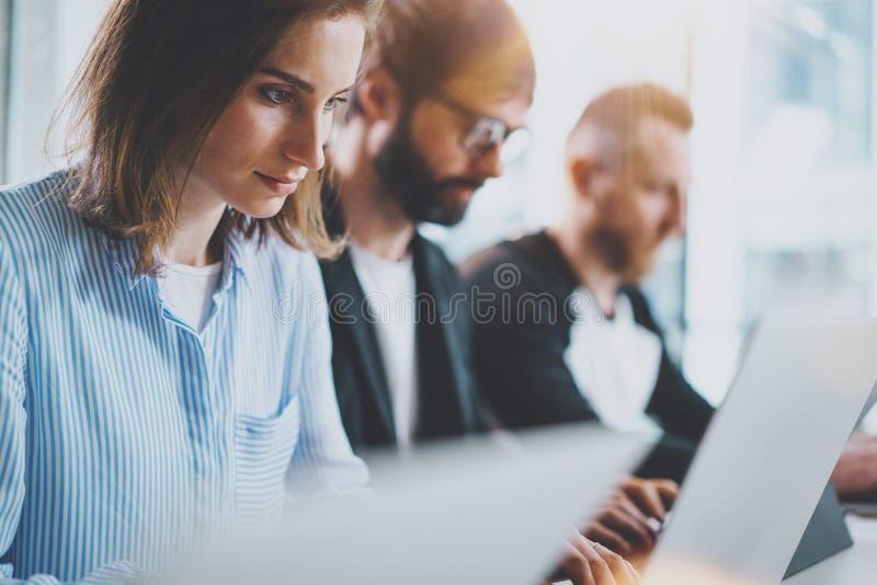 在新的企业介绍的特写镜头观点的年轻工友在晴朗的会议室 水平 播种 免版税库存照片
