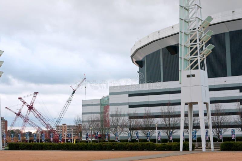 在新的体育场站点的起重机在乔治亚巨蛋旁边坐 免版税库存图片