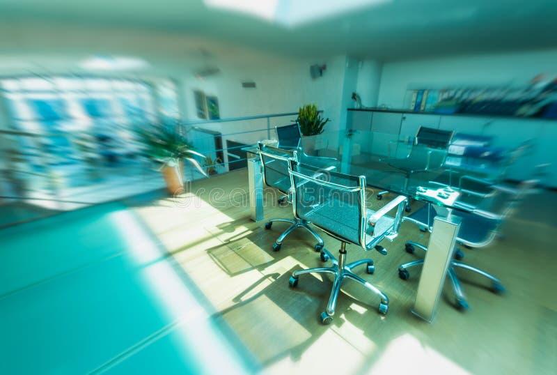 在新的办公室里面的现代椅子 到达天空的企业概念金黄回归键所有权 被弄脏的看法 免版税图库摄影
