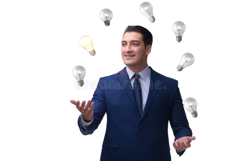 在新的想法概念的商人玩杂耍的电灯泡 免版税库存照片
