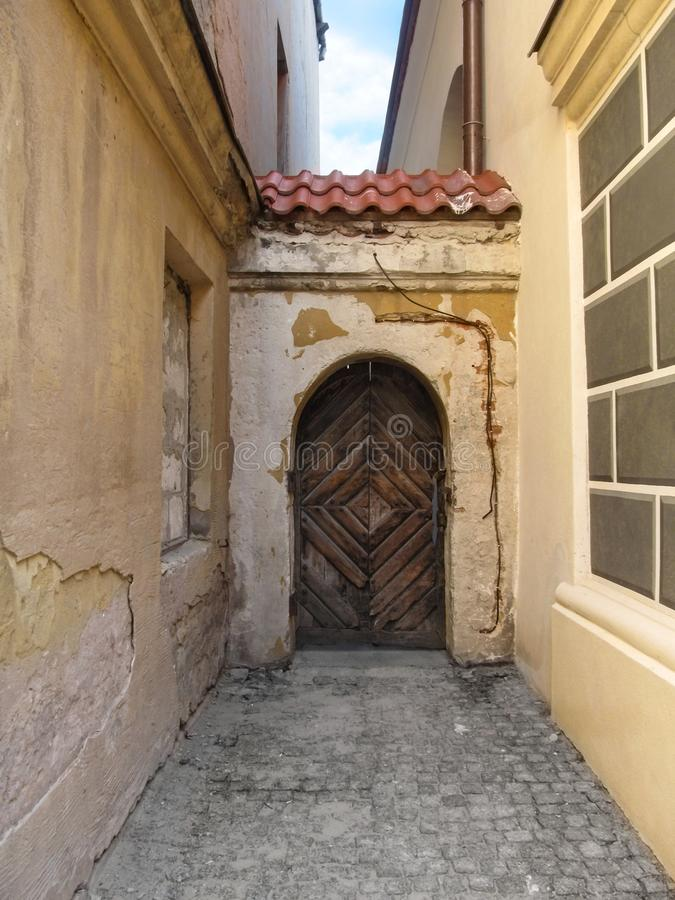 在新的整洁的墙壁和老破旧的墙壁之间的段落在鲁布林波兰 免版税图库摄影