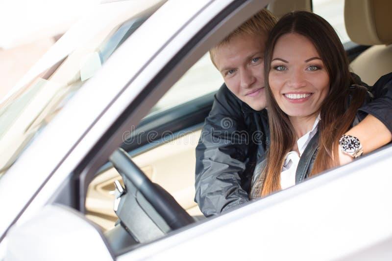在新的汽车的夫妇 免版税库存照片