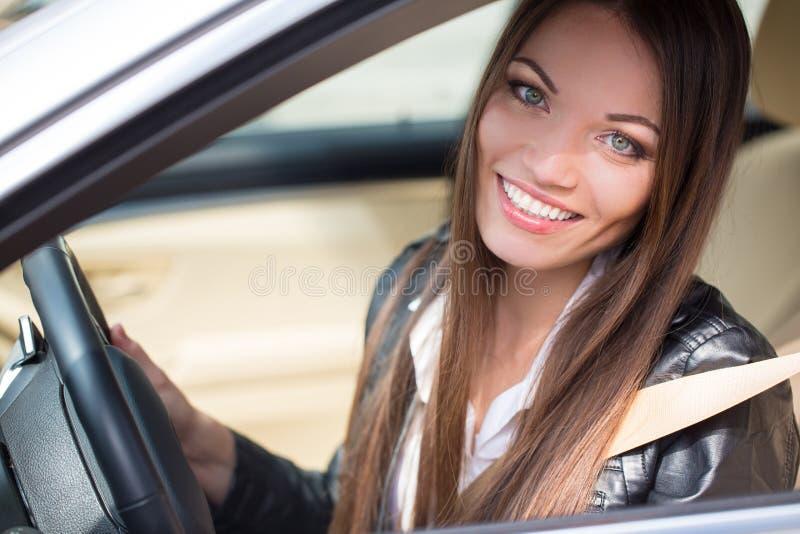 在新的汽车附近的女孩 库存图片