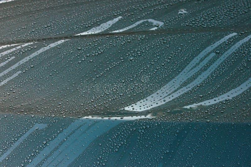 在新的汽车BMW 525丝毫雨珠的帽子 免版税库存照片