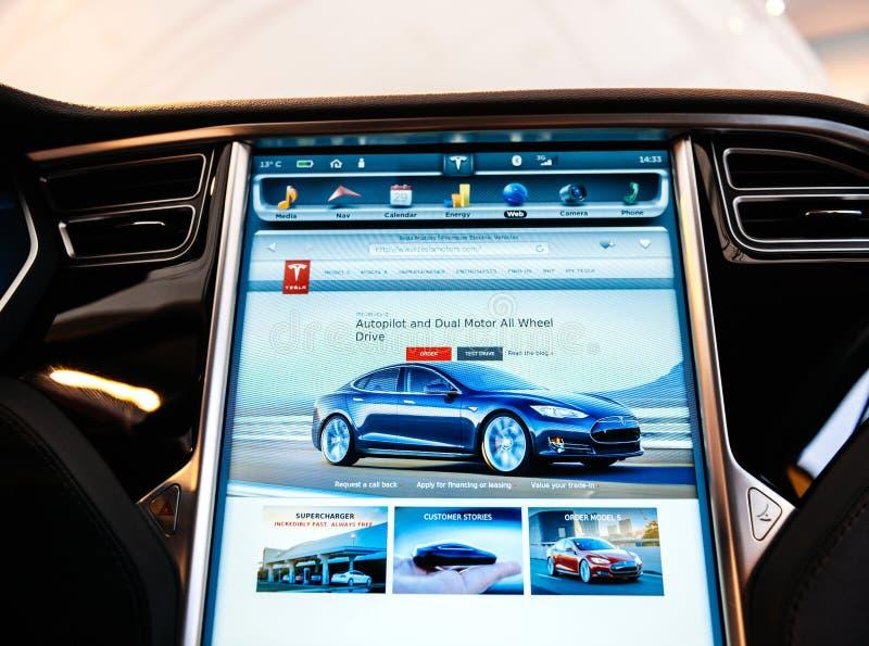 在新的特斯拉模型S仪表板计算机显示器屏幕的POV 免版税库存照片