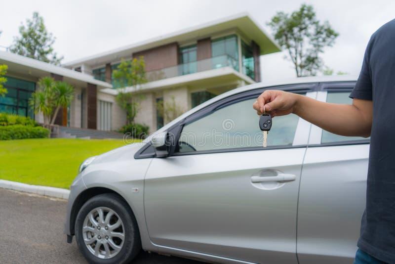 在新的美丽的房子前面的汽车关键持有人 免版税库存图片
