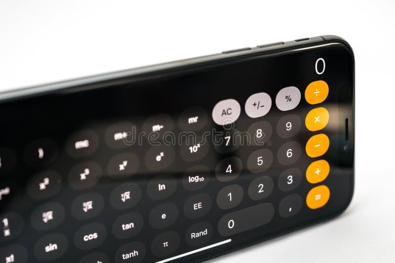 在新的苹果计算机iPhone x智能手机的计算器App 免版税库存图片