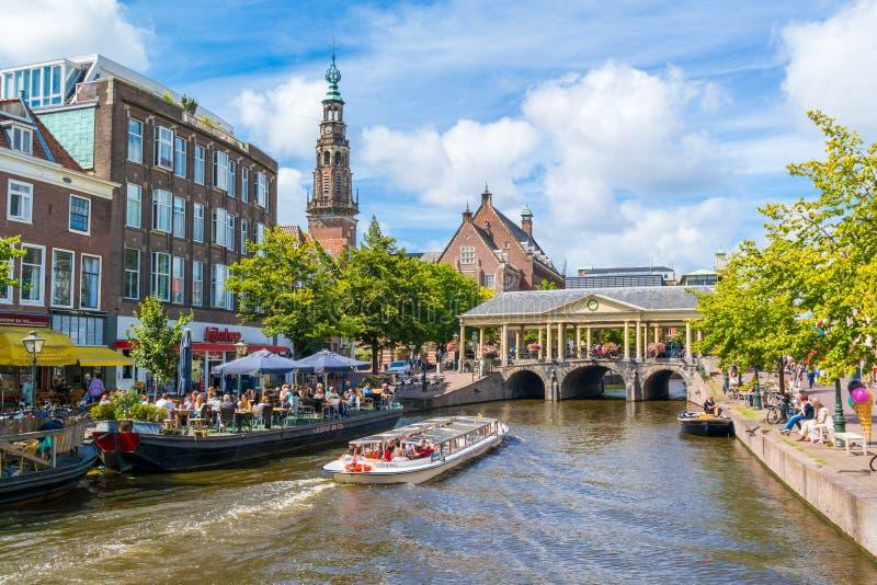 在新的莱茵河运河,莱顿,荷兰的Tourboat 免版税库存图片