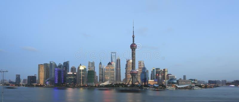 在新的黎明城市横向的上海地平线 图库摄影