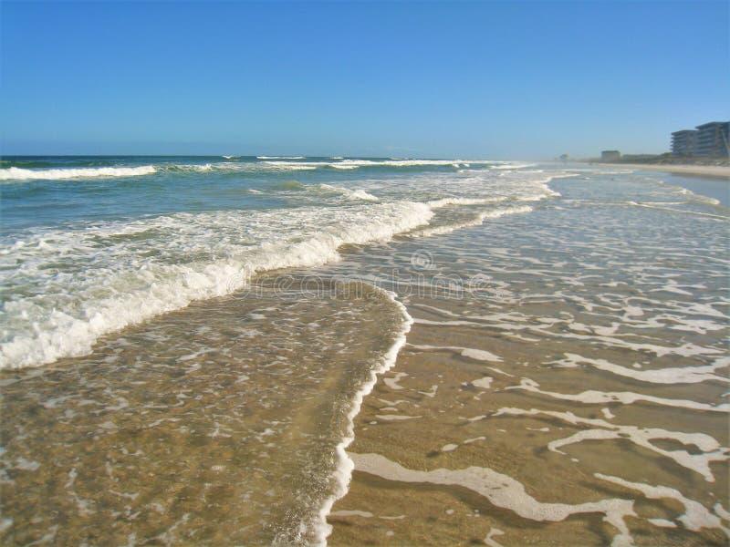 在新的Smyrna海滩,佛罗里达的泡沫似的波浪 库存照片