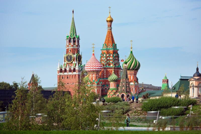 在新的Zaryadye的克里姆林宫和圣蓬蒿` s大教堂视图停放,在红场附近的都市公园位于莫斯科,俄罗斯 免版税图库摄影