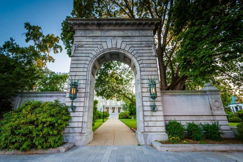在新罕布什尔状态议院前面的曲拱,一致的,新 库存照片