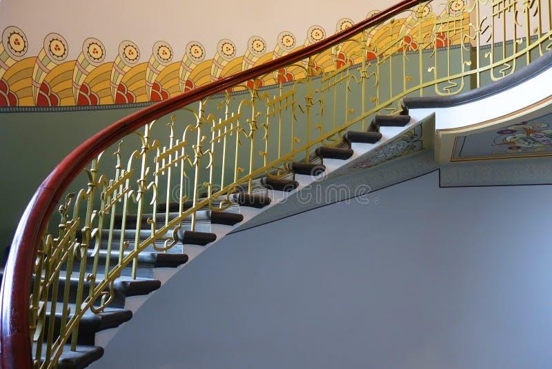 在新艺术主义样式的螺旋形楼梯 免版税图库摄影
