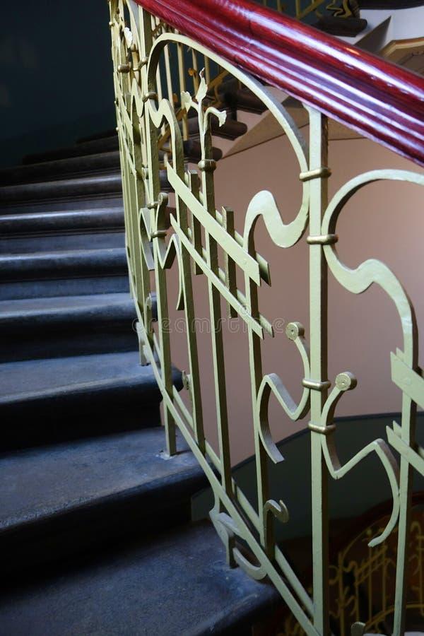在新艺术主义样式的螺旋形楼梯 免版税库存图片