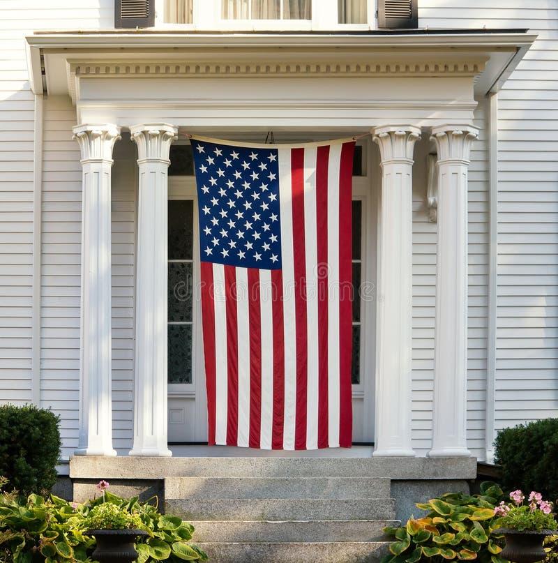 在新英格兰家的门的美国国旗 免版税库存图片