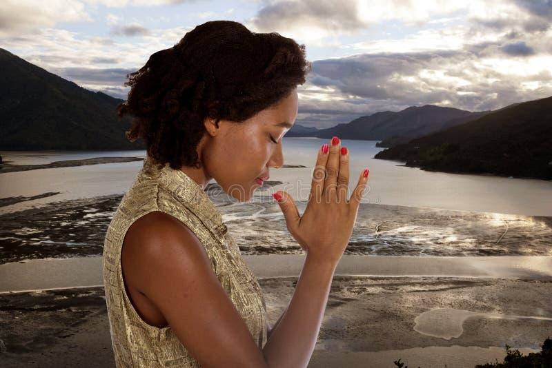在新西兰背景前面的美女 免版税库存照片