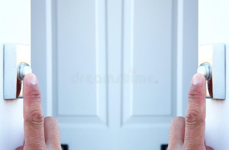 在新闻门铃按钮场面的行动的人手指 库存照片
