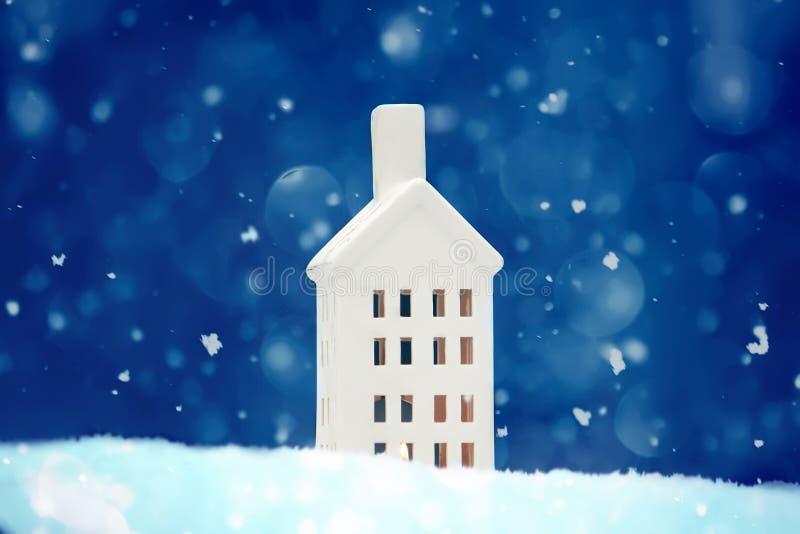 在新鲜的干净的雪的圣诞节灯笼 库存照片