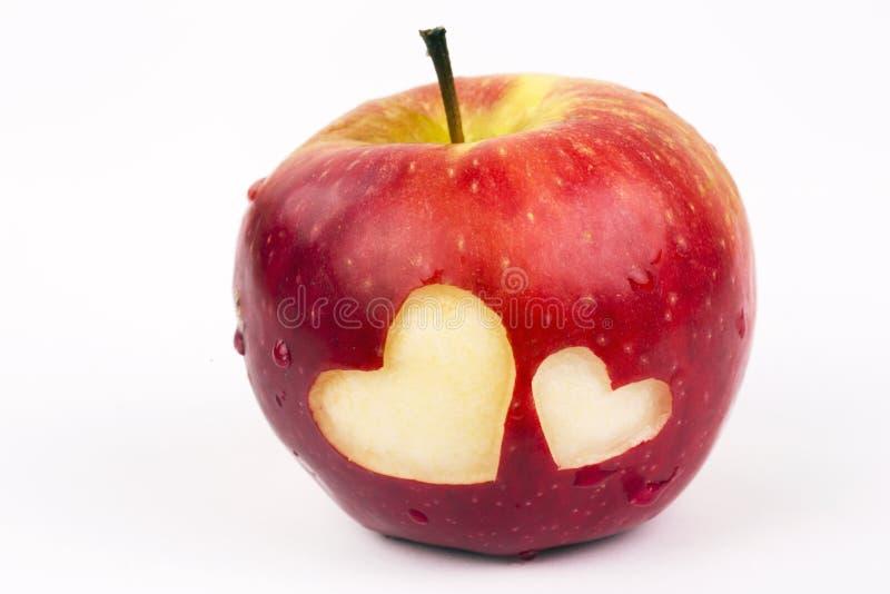 在新鲜的苹果的两心脏,情人节题材 免版税库存图片