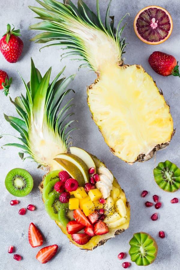 在新鲜的菠萝供食的可口水果沙拉 免版税库存图片