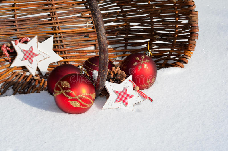 在新鲜的雪的圣诞节装饰 免版税库存图片