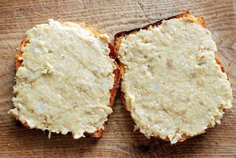 在新鲜面包的茄子沙拉 图库摄影